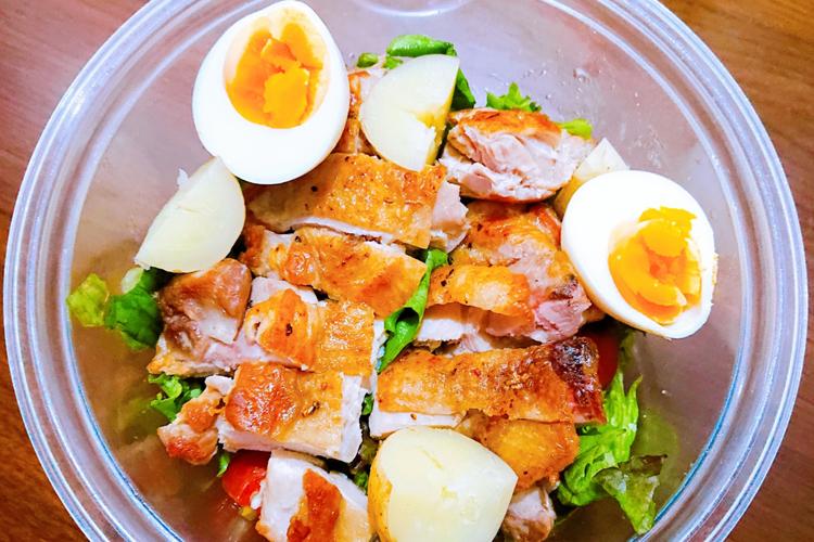 チキンやゆでたまごが入ったサラダ