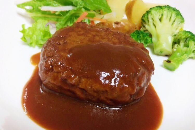 皿にのった大塚食品のハンバーグ